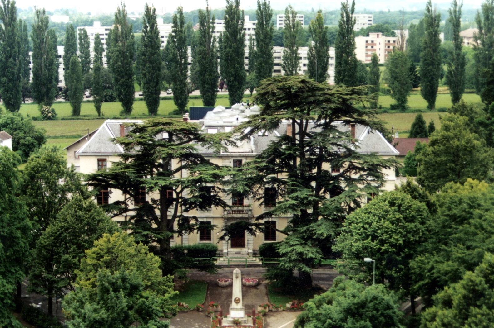 FV0111-Vue-aérienne-allée-de-la-Tire-par-dessus-la-mairie.-Photo-originale-Freddy-Sagne.