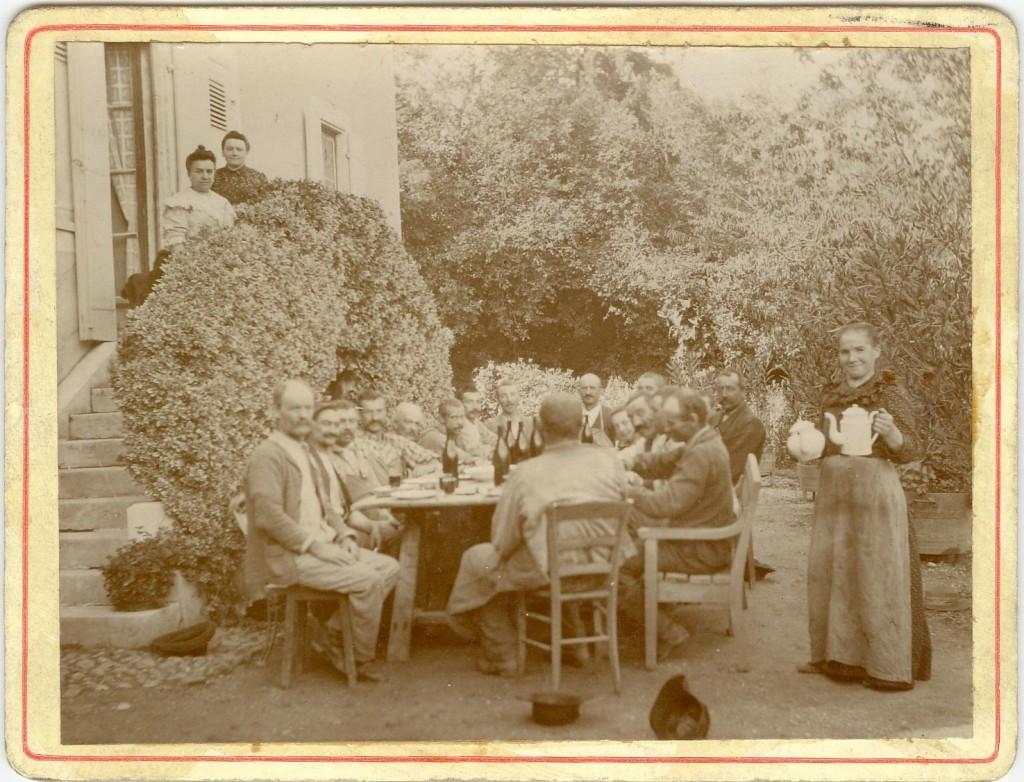 Escalier de l'ancienne maison (1905 ?). Sur l'escalier, Mme Monnier Ducastel, décédée en 1934, Mme Marie Décotte, décédée en juillet 1942. Au service, Marie Batardon