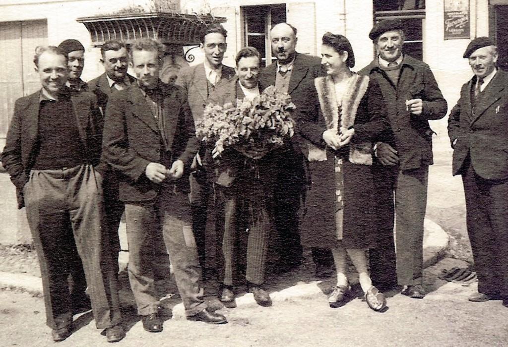 Aux alentours de Pâques 1944, une dizaine de commerçants furent arrêtés par les Allemands et rapidement arrêtés sur interventions d'Alice Rocher, épouse du chauffeur des cars (la seule femme de la photo). Parmi ces Ferneysiens, Maurice Traffey (café), Claudius Raphoz (combustibles et transports), Antonin Dunand (garage), Edouard Malavallon (agriculteur), Batiste Scaramuzza (peintre) et Albert Hécler (maire et propriétaire du service des eaux). Collection Pierre Grenier. (PGR202)