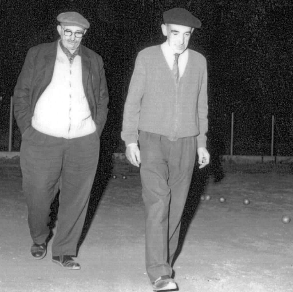 Albert Desbiolles et Henri Pochet sur le terrain de la Boule ferneysienne (PGR004)