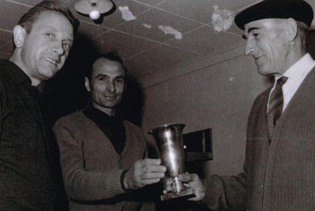 Henri Pochat (à droite) remettant une coupe à René Bugada. A gauche, Roger Pillonnel (PGR258d)