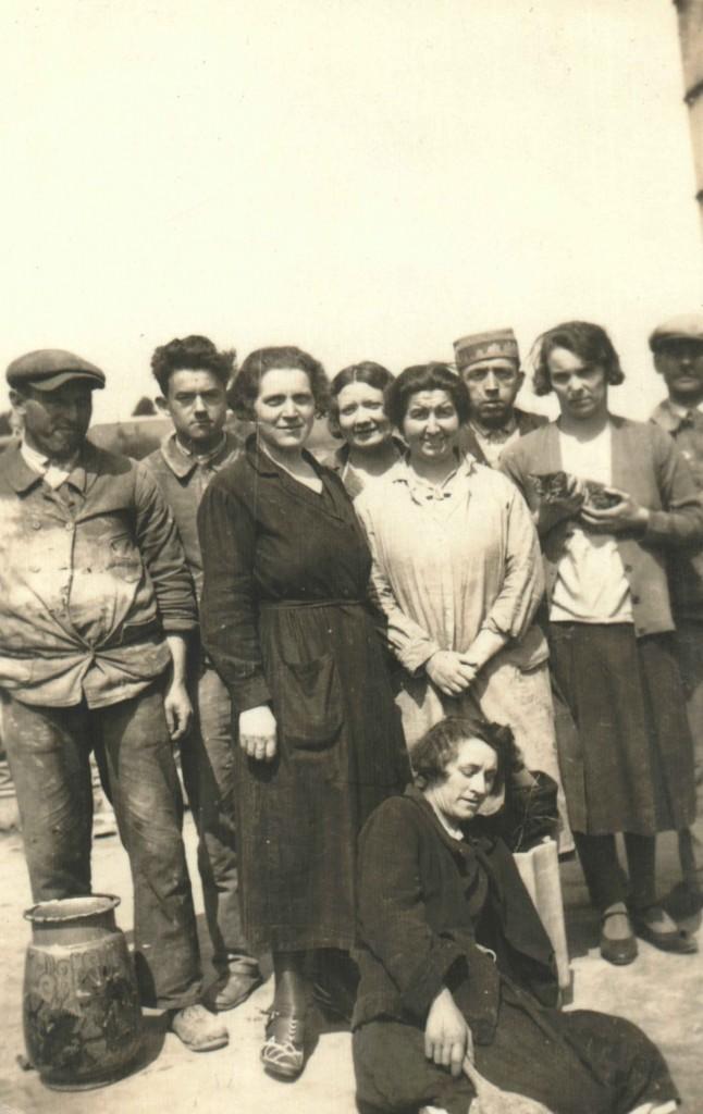 Poterie Bonifas ? 22.4.1933. Au centre, Madeleine Mivelle