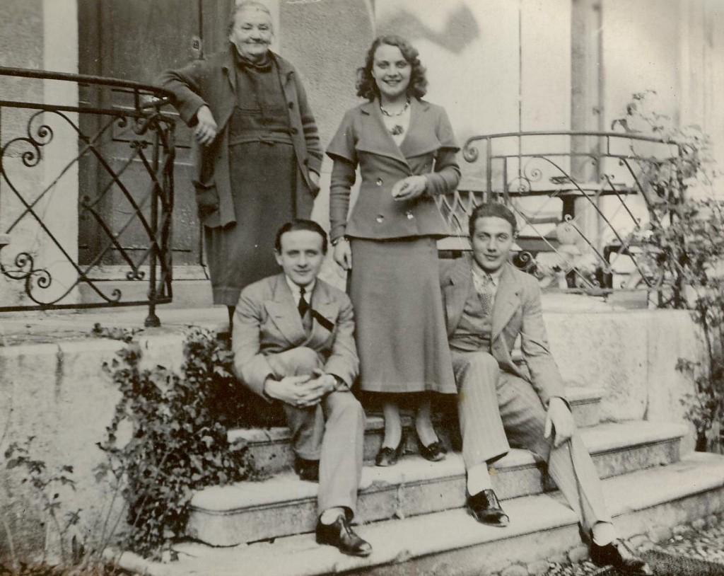 Sur les marches de la maison Racle, Mme Décotte (arrière grand'mère) et, à ses pieds, Julien Séchaud. Les deux autres personnes retent à identifier. Fin des années 30 / Archives Alex Décotte.