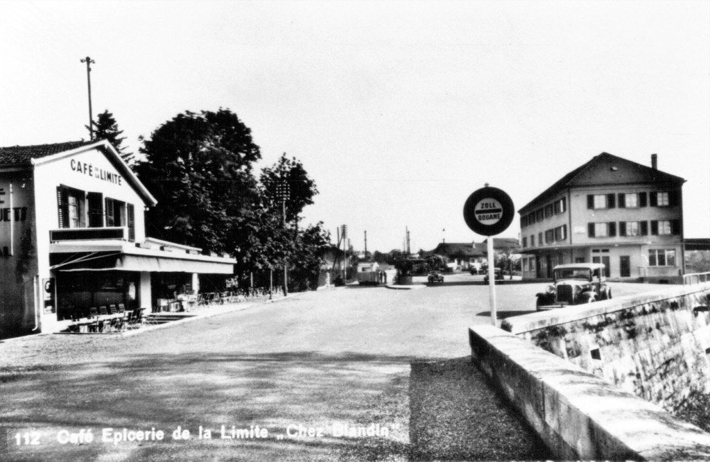 Prise de l'emplacement exact de la frontière franco-suisse, cette photo  montre, à gauche, le café Blandin et, à droite, la douane suisse. L'un comme l'autre ont été détruits après les accords franco-suisses de 1957 et la construction de l'aéroport. Document Pierre-Etienne Duty / PED5